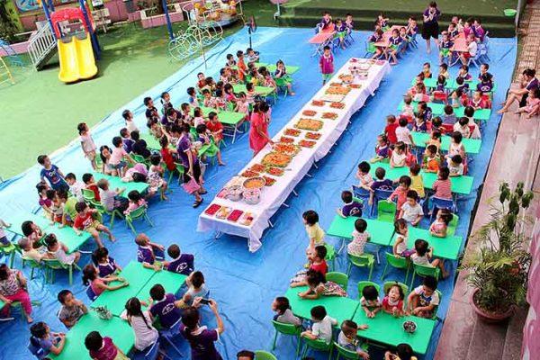 Dạy bé ăn tiệc buffet