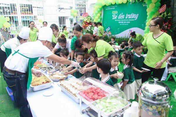 Các bé hào hứng tham gia ăn buffet
