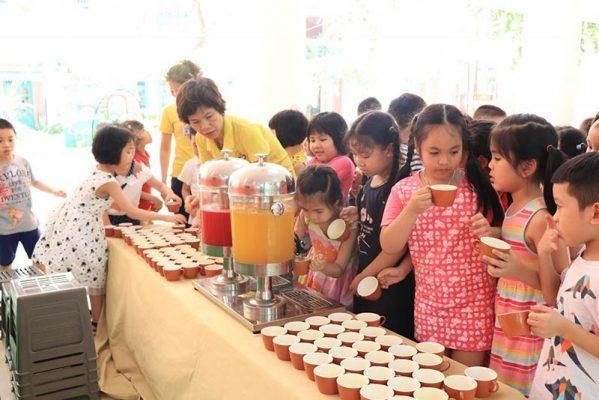 Các bé đang lấy nước ép uống