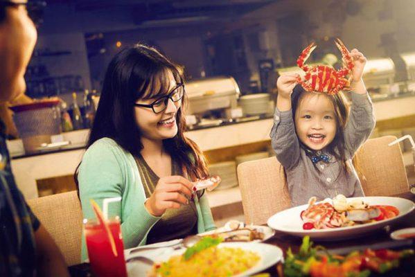 Hình ảnh ăn buffet lịch sự có văn hóa