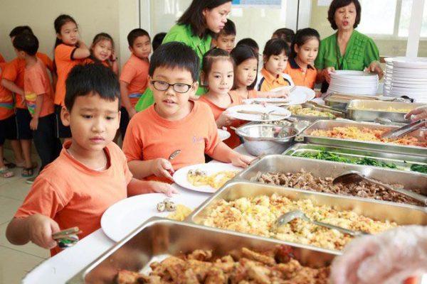 Hình ảnh buffet cho bé tại trường mầm non