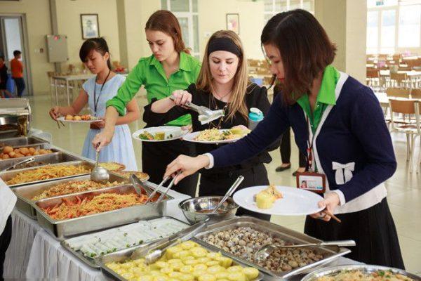 Hình ảnh lấy thức ăn tại quầy buffet
